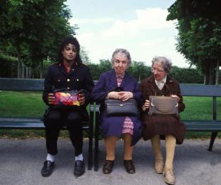 Michael Jackson con due vecchie signore su una panchina