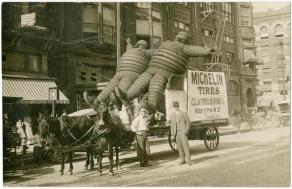 Pubblicità dei pneumatici Michelin a Houston, Texas, con l'Uomo Michelin originale, circa 1910