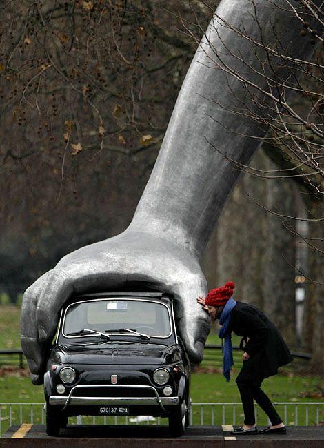 """Vroom Vroom"" di Lorenzo Quinn a Londra (Park Lane)"