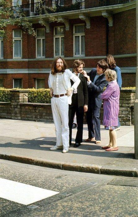 I Beatles si preparano a varcare Abbey Road - 1969