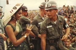 La prima Miss Mondo indiana, Reita Faria, firma un berretto militare per le truppe statunitensi nel Vietnam del Sud, 1966