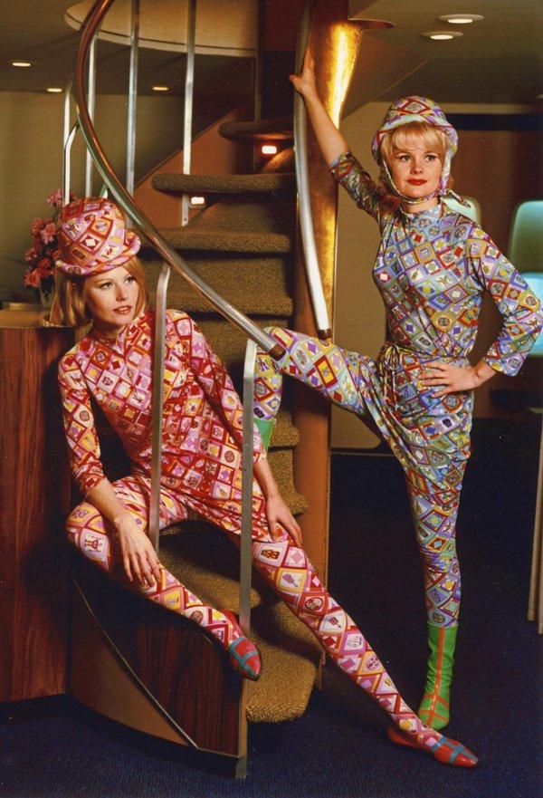 Inusuali uniformi delle hostess della Braniff International Airways nel 1966