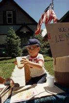 Un bambino vende limonata dal suo giardino nel 1973