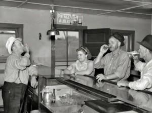 Una donna che beve in un saloon nel 1937 a Craigville, Minnesota
