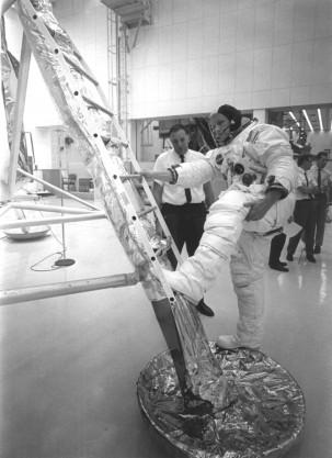 L'astronauta Neil Armstrong si esercita sul modulo lunare nel 1969