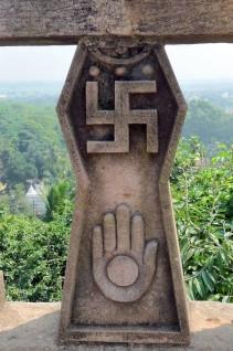 Prima di cadere nelle mani di Hitler, la svastica è stata simbolo di buona fortuna per 3.000 anni. Paesi come l'India, Giappone e Cina veneravano il segno antico