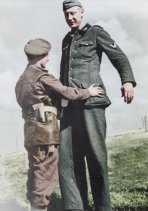 Caporale britannico gestisce la resa di un soldato tedesco alto 7'6', 1944