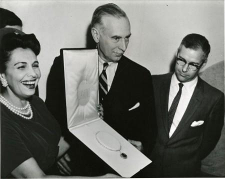 Edna Winston donare il diamante Hope a Leonard Carmichael, segretario dello Smithsonian Institute, 10 Novembre 1958