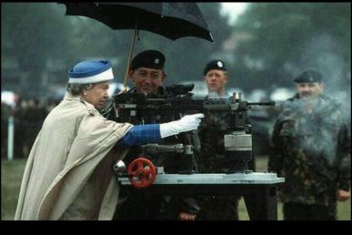 Elisabetta II spara con un fucile da battaglia britannico L85 nel 1993