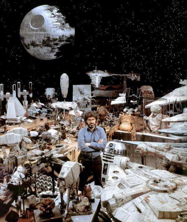 George Lucas circondato da oggetti di scena di Star Wars
