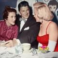 Marilyn Monroe ha partecipato a una festa di compleanno, il 17 giugno 1953. Qui sta chiacchierando con gli attori Ronald e Nancy Reagan
