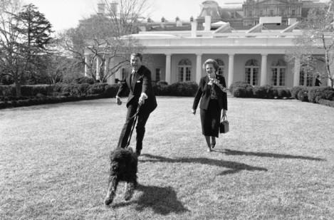 Il presidente Ronald Reagan e il primo ministro del Regno Unito Margaret Thatcher portano il cane a fare una passeggiata
