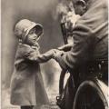 La Regina (allora Principessa) Elisabetta II stringe la mano a un vecchio soldato a Londra, intorno al 1929