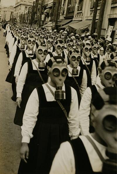 Studentesse con le maschere antigas. Prima guerra mondiale