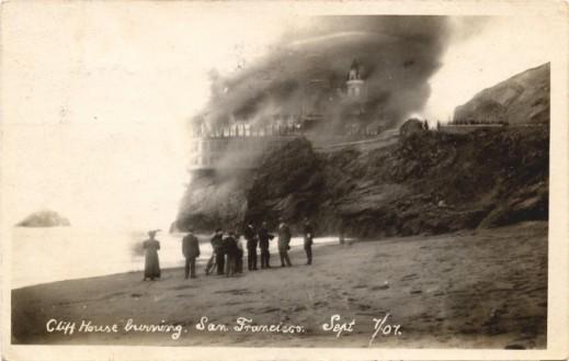 Il famoso ristorante Cliff House che brucia nel 1907