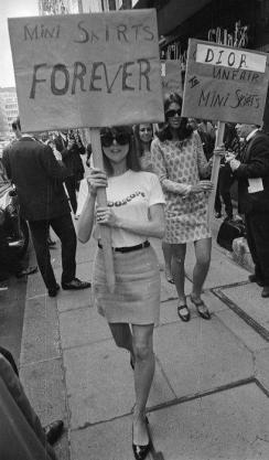 Anni 60 - ragazze londinesi protestano in favore delle minigonne