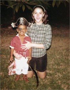 Una foto d'infanzia di Barack Obama con la sua defunta madre Ann Dunham alle Hawaii, circa 1963