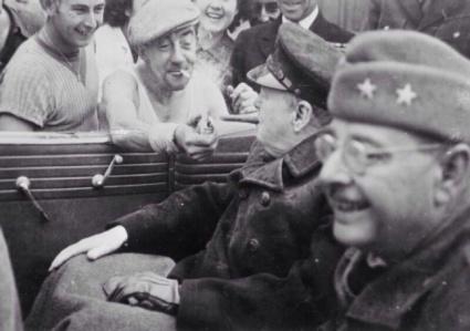Un francese dà da accendere a Winston Churchill 1944