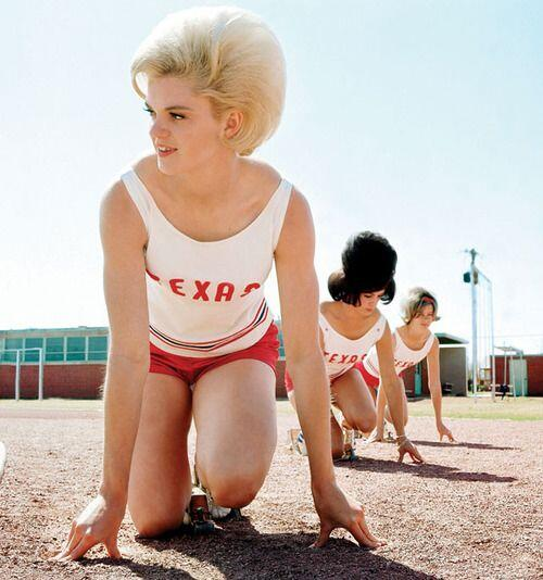Uno scatto glamour delle atlete del Women's Texas Track Club, 1964