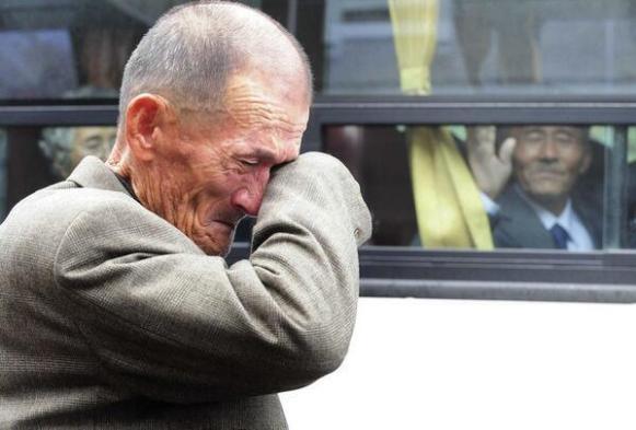 Un addio fra due fratelli del Nord e Sud Corea dopo una riunione di famiglia. Sono stati separati per più di 57 anni, 2010