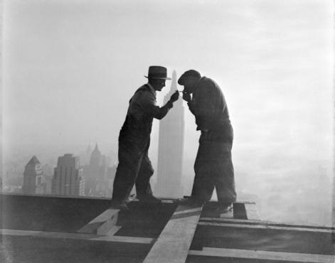 Una pausa sigaretta durante la costruzione dell'RCA Building, 1932