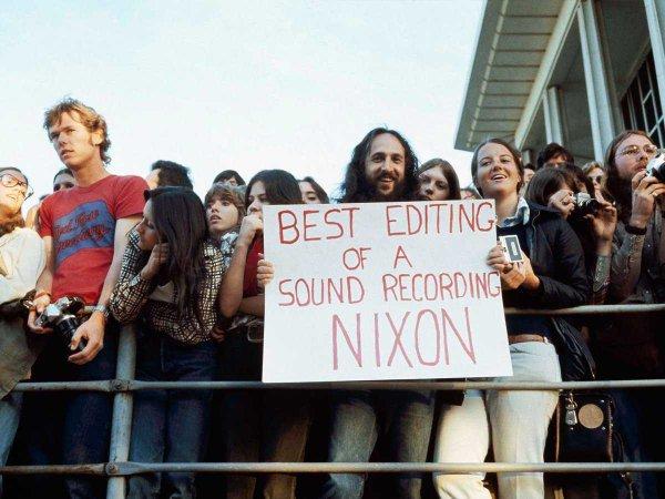 Uno spettatore regge un menifesto agli Academy Awards 1974