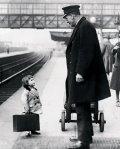 Una giovane passeggera chiede informazioni. Stazione ferroviaria di Bristol, Inghilterra, 1936. Fotografia di George W. Hales