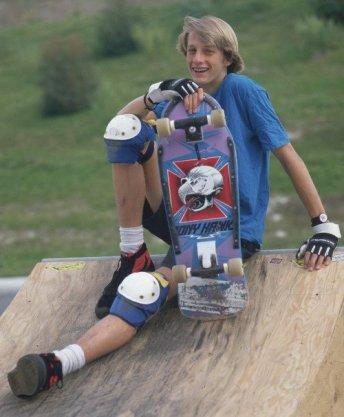 Un diciottenne Tony Hawk in posa con una delle sue tavole, 1986