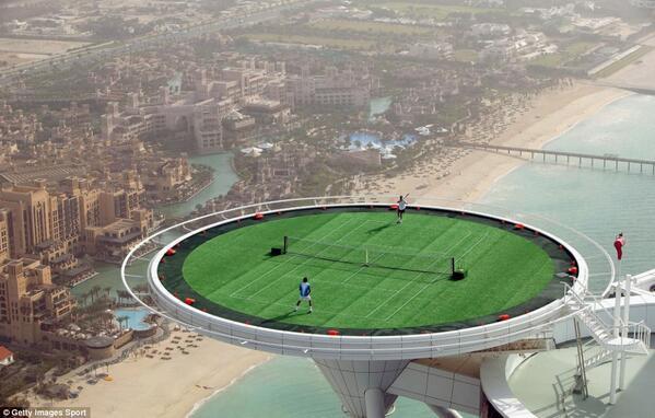 Andre Agassi e Roger Federer giocano a tennis sul campo dell'hotel Burj Al Arab il 22 Febbraio 2005