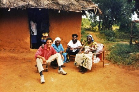 Barack Obama nella città natale di suo padre ad Alego, Kenia, 1987