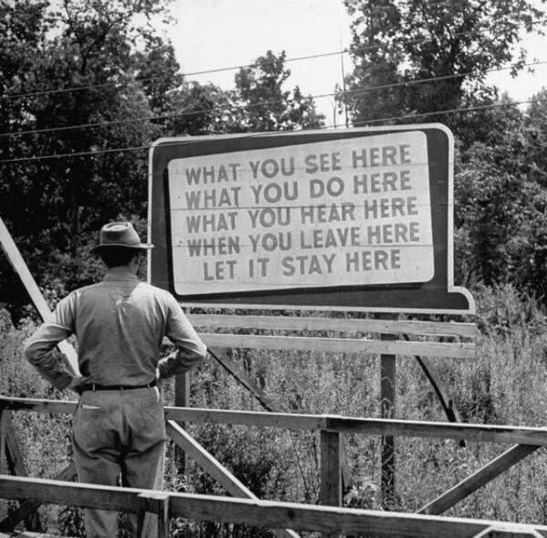 Cartello con le raccomandazioni sulla segretezza per i lavoratori del Manhattan Project, 1945