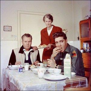 Elvis, suo padre Vernon, e la nonna Minnie Mae 1959