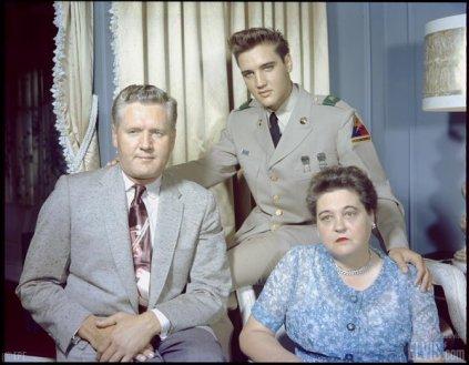Elvis Presley con i suoi genitori, Gladys e Vernon Presley, circa 1958