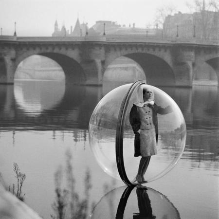 Girl in a bubble, 1963. Fotografia di Melvin Sokolsky