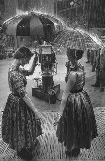 Sotto la pioggia, foto d'epoca 1950