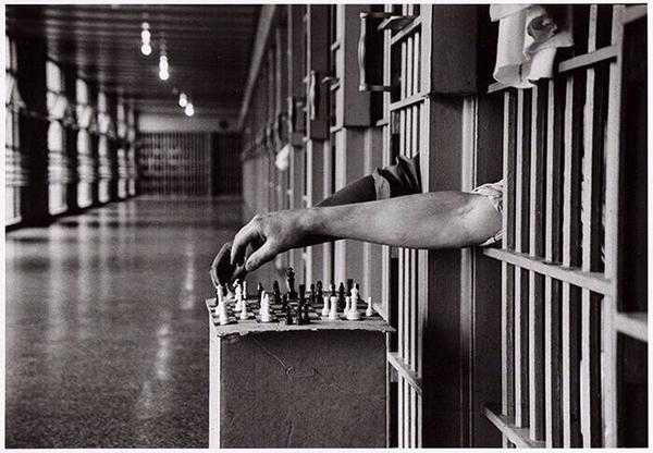 Detenuti che giocano a scacchi dalle loro celle a Attica Correctional Facility, New York, 1972. Foto di Cornell Capa