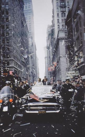 JFK e Jacqueline per le strade di New York, 1960. Fotografia di Robert Capa