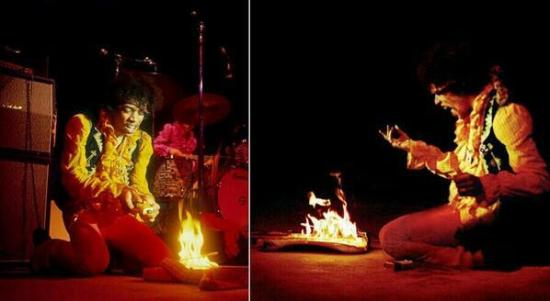 Jimi Hendrix brucia la sua chitarra al Monterey International Pop Festival, 1967