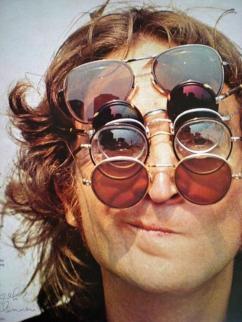 John Lennon con 5 occhiali da sole, 1970