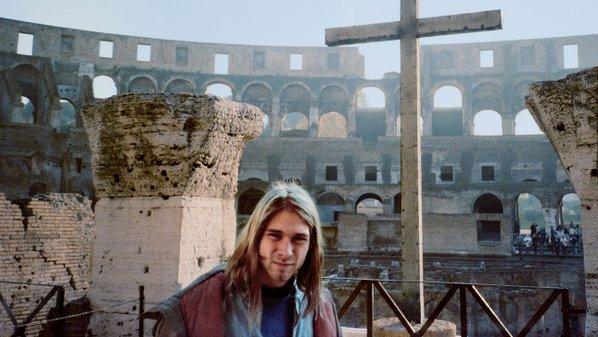 Kurt Cobain al Colosseo a Roma dopo un viaggio improvvisato a seguito di un esaurimento nervoso, 1989
