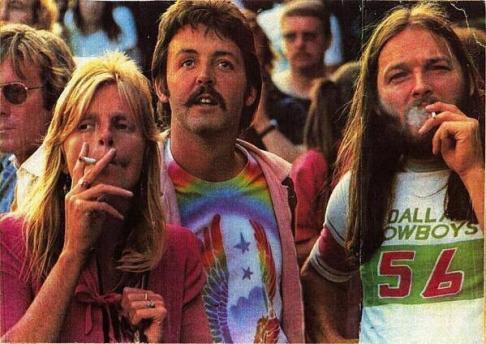 Linda McCartney, Paul McCartney e David Gilmour dei Pink Floyd a un concerto dei Led Zeppelin, negli anni '70
