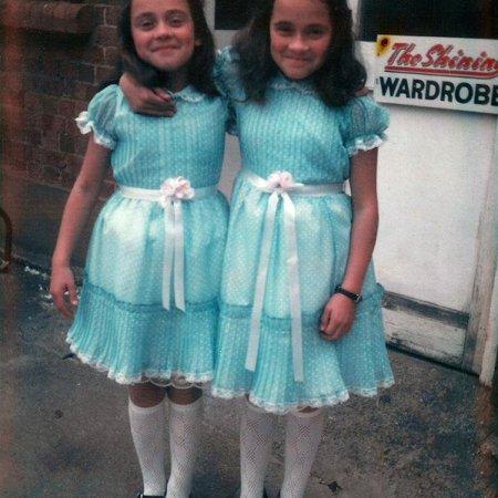 """Lisa e Louise Burns, anche conosciute come """"The Twins"""" (Shining) nel 1980"""
