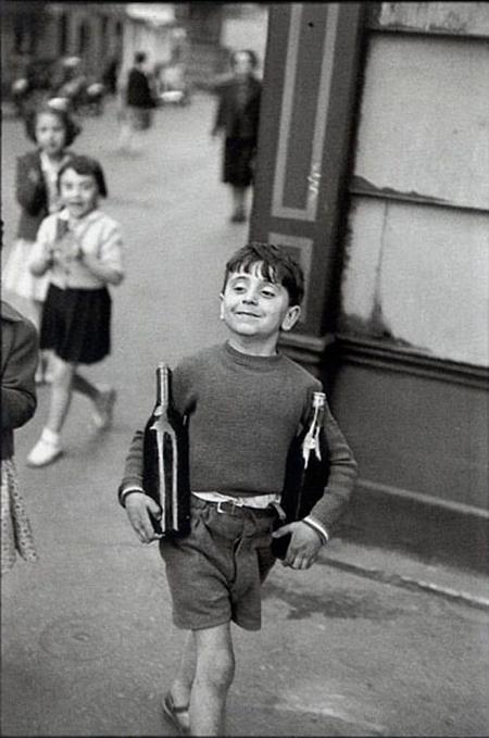 Little boy, Paris, 1954. Foto di Henri Cartier-Bresson