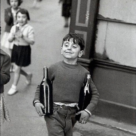 Little boy, Paris, 1954. Foto di Henri Cartier-Bresson