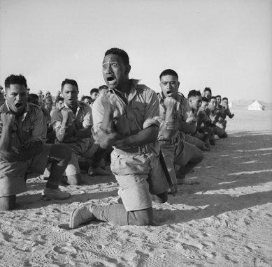 Battaglione Maori esegue l'Haka in Egitto 1941