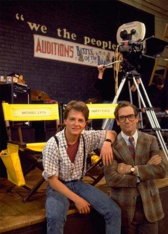 """Michael J Fox e Huey Lewis sul set di """"Ritorno al futuro"""", 1985"""