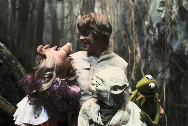 Miss Piggy e Kermit visitano Mark Hamill e Yoda sul set di Empire Strikes Back