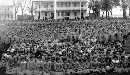 Bambini nativi americani presi dalle loro famiglie e portati in scuola