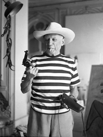 Pablo Picasso con la pistola di Gary Cooper nel 1958