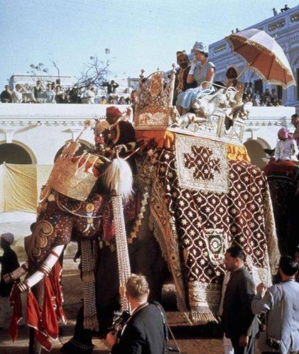 Regina Elisabetta II sul dorso di un elefante in India nel 1961
